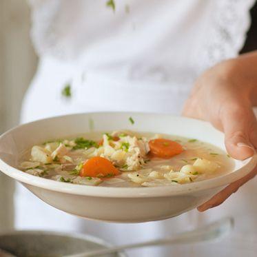 Omas Hühnersuppe mit Nudeln Rezept   Küchengötter