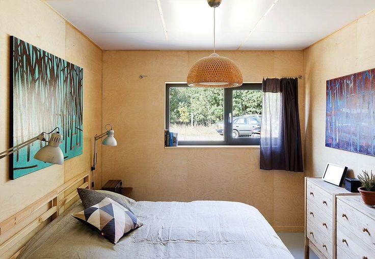 Mała sypialnia, w której wszystko się mieści. Fot. Marcin Grabowiecki http://www.werandacountry.pl/domy/urzadzamy-dom/17244-sypialnia-mala-i-dobrze-urzadzona #bedroom #design #home #diy #house #architecture #project #small #room #dog #funny #great #rustical #boho #romantic #inspirations #pics #best  #sypialnia #łóżko #aranżacja #inspiracje #pies #biały #mała #pokój #mały #dom #rezydencja #country #styl #prowansalski #rustykalny #country