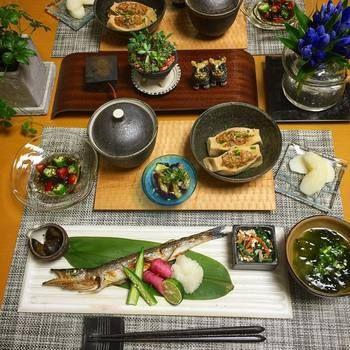 ダイナミックなかますの塩焼きがメインの和定食。高野豆腐の豚挽き肉詰めやオクラとトマト入りのもずく、あおさとそうめんの味噌汁、ほうれん草の白和えなどなど。日本人ならではの、食欲そそるご飯です。