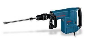 Rompedor Bosch 10kg (220v) utilizado para serviços de rompimento em concreto armado e alvenaria.  Especialista em trabalhos de demolição O mais potente da categoria para demolição: remoção de concreto de dureza média de 490 kg por hora. Praticamente sem vibrações durante o funcionamento. Velocidade variável (6 velocidades).  Benefícios: GSH 11 E Professional Luz indicativa informa necessidade de manutenção preventiva. Vario Lock (12 posições) para ajuste do ci
