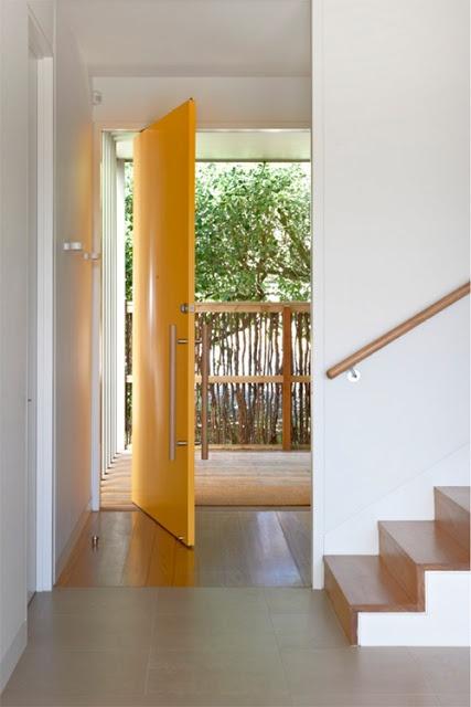 #excll #дизайнинтерьера #решения Среди английских риэлтеров бытует мнение, что если выкрасить входную дверь в желтый цвет, то недвижимость продастся намного быстрее.