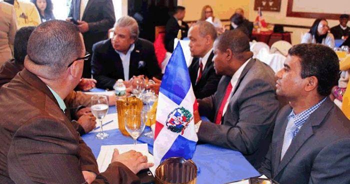 El cónsul Carlos Castillo, al centro, escucha a líderes de la comunidad dominicana en Nueva Jersey, quienes expusieron temas les afectan, y plantearon sugerencias para la implementación de proyectos comunitarios futuros.