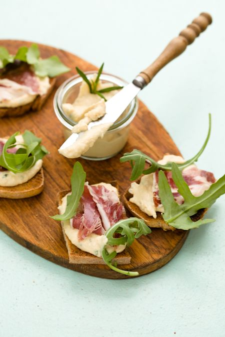 Bruschettine alla crema di ceci,  crudo e rucola (crostini with chickpea cream [hummus], prosciutto and arugula).