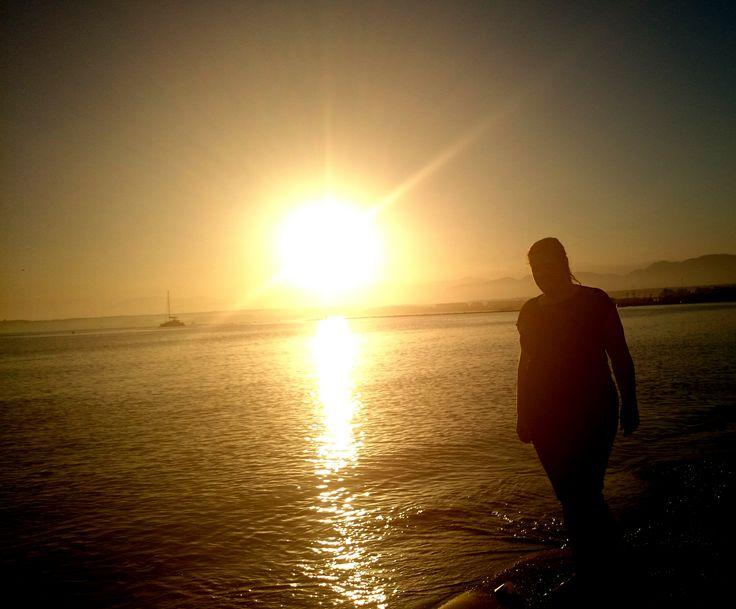 Autorretrato en la playa, se ve mi silueta y refleja la paz y tranquilidad que representa ver un atardecer en la playa en una tarde de verano