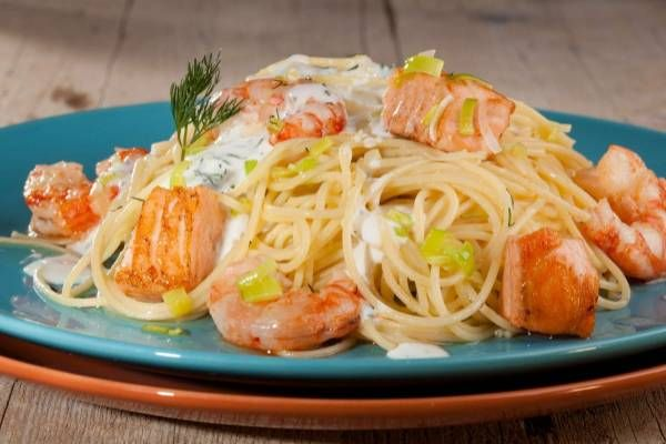 Una ricetta per prepare gli spaghetti con salsa di gamberi e salmone: una proposta speciale per il pasto della domenica!