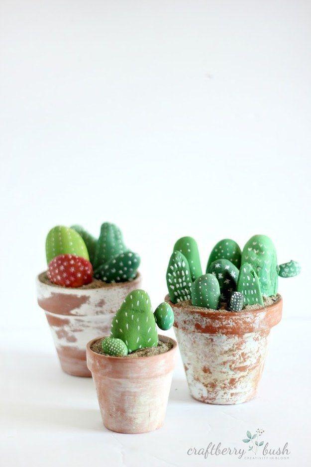 Pinta algunas rocas para que parezcan cactus si las plantas no son realmente lo tuyo.