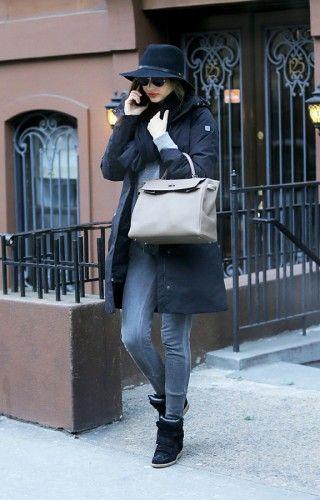 Η Miranda Kerr, προστατεύεται από το κρύο με στυλ! Το γνωστό μοντέλο περπατάει στους δρόμους της χιονισμένης Νέας Υόρκης, φορώντας ημίπαλτο, πουλόβερ σε γκρι απόχρωση και φυσικά το καπέλο της.
