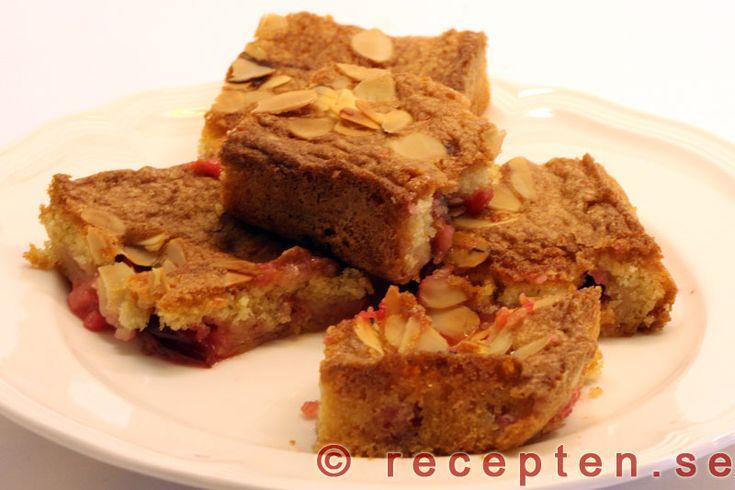 Plommonrutor - Recept på goda Plommonrutor! Gott och enkelt recept på en långpannkaka med plommon! Bilder steg för steg.