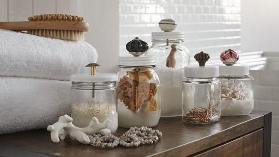 Décorer des pots en verre pour la salle de bain