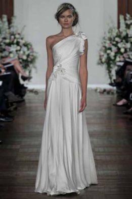 Asymmetrisk draperet Jenny Packham brudekjole med vidt skørt i skøn helsilke