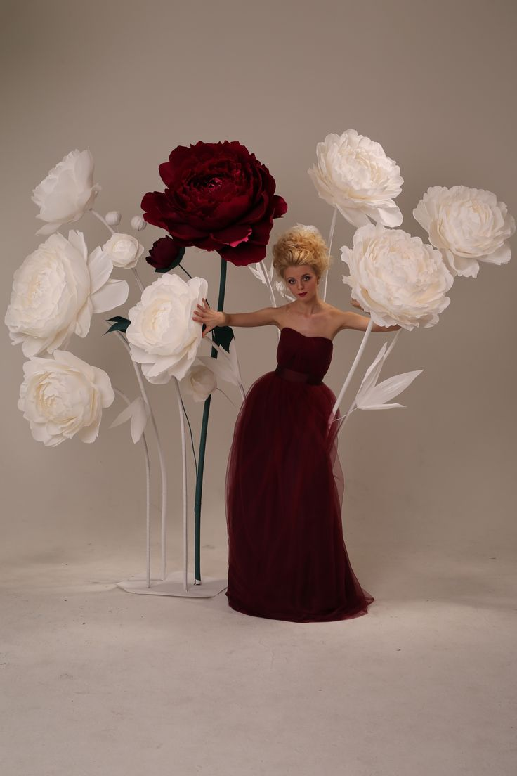 Бумажные цветы. Идеи для свадебной фотосессии. Идея: журнал Веддинг Украина Фотограф: Константин Мохнач Автор работы: студия Mio Gallery