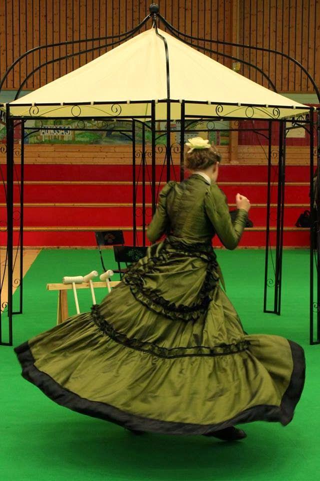 My green victorian dress. I had to test spinn it! :)