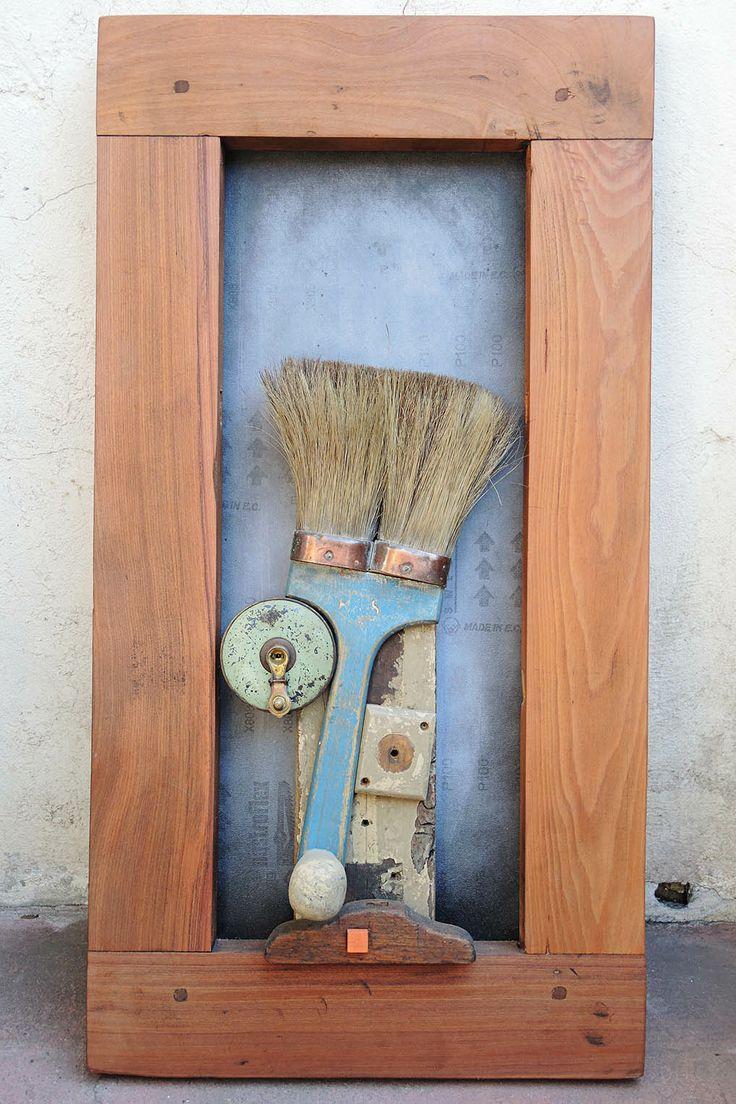 broch_2014 madera, lija, pieza de herramienta de albañil, pieza de madera carpintero, huincha de metal antigua, brocha de cubierta de barco, marco de ventana.