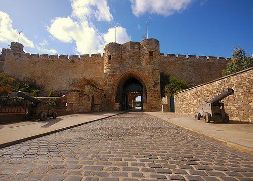 Castelo de Lincoln, na Inglaterra O Castelo de Lincoln fica em Lincolnshire e foi construído em 1068. Tal como acontece com muitos outros castelos europeus, esse castelo é rico em história, mas se distingue dos outros por ser um dos únicos dois castelos do país que foram originalmente construídos em dois mottes (montes de terra largos e nivelados, geralmente com 50 pés de altura).