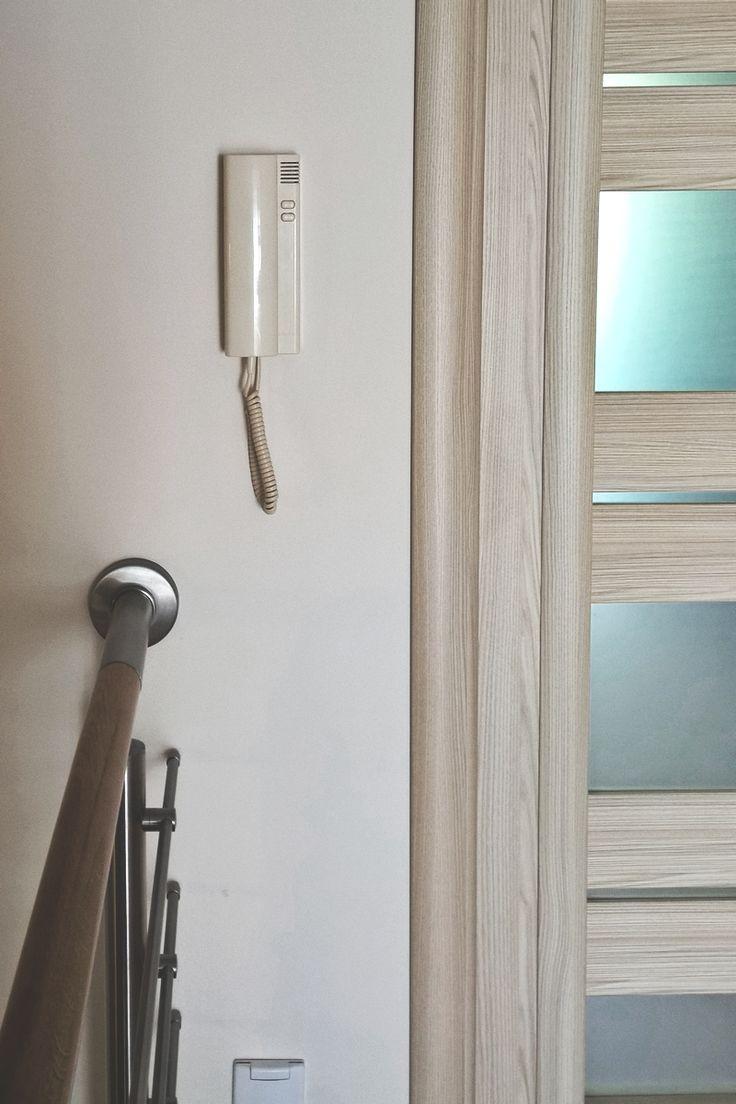 Klasyczny, ergonomiczny kształt - unifon analogowy z dwoma przyciskami - do otwierania furtki i bramy.