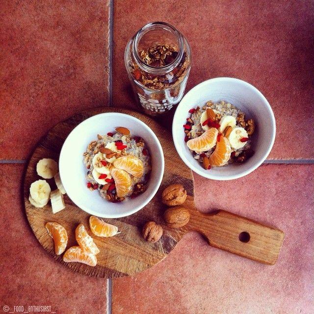 bevanda Provamel alla mandorla, semi di chia, uva passa e avena, insieme a mandarini, banane, bacche di Goji e muesli.