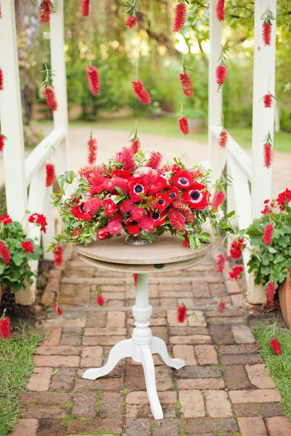 Bottle Brush Girlande. Huebsch oder?! gesehen bei: Red anemone and bottle bush floral inspiration   photo by Angela Higgins   100 Layer Cake