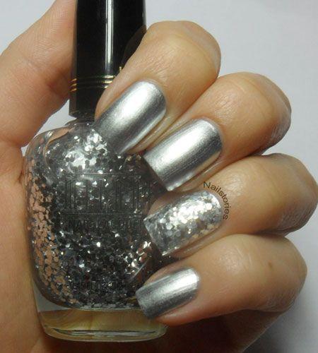 Uñas plateadas, una de ellas decoradas con brillos color plata.