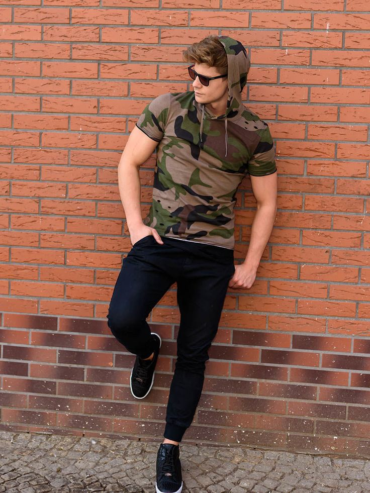 It's a modern street and military outfit from Bolf. The navy blue baggy trousers look great with trainers on a white outsole. The well-fitted camo shirt has got also a hood. This styling is made for everyday use and for an evening event.
