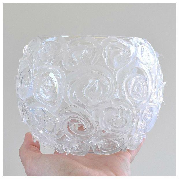 Castiçal simples e barato. Apenas um vidro daqueles baratinhos com aplicação de cola quente