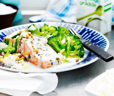 Lax, basilika och citron i en fin kombination. Med pressad potatis som tillbehör får man lätt i sig den goda såsen och broccoli och purjolök ger ytterligare doft, smak och färg.