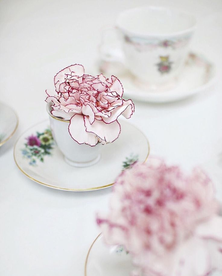 Centerpieces Wedding / Table Setting - flowers in tea cups / Instagram Blogger via @asideofvogue