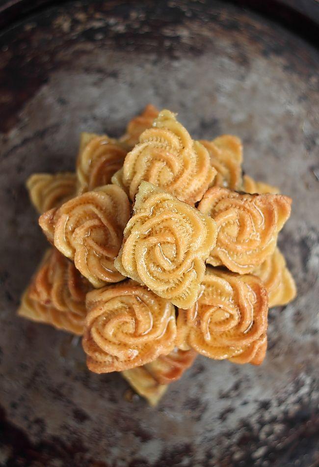 Une nouvelle version des ces délectables douceurs orientales. Avec un décore florale à la pince à gâteau, les makroutes s'offrent un reloo...