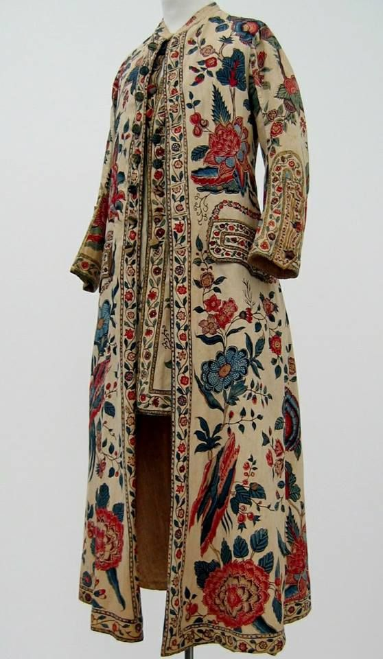 Man's dressing gown with attached waistcoat, chintz, c. 1750-1799. Collection Centraal Museum, Utrecht, The Netherlands. Inv. no. 21651. Copyright: Centraal Museum.