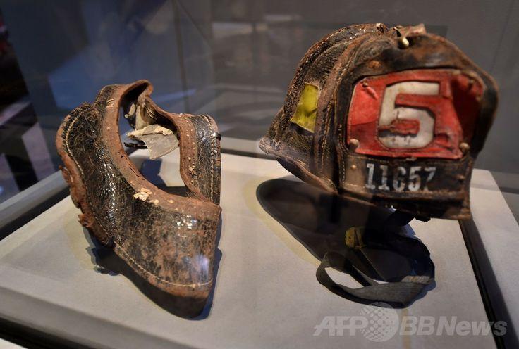 米ニューヨーク(New York)の国立9・11記念博物館(National September 11 Memorial Museum)で展示されるニューヨーク市消防局(New York Fire Department、FDNY)の消防士が身に着けていたヘルメット(2014年5月14日撮影)。(c)AFP/Stan HONDA ▼16May2014AFP 9・11記念博物館で落成式、米大統領「癒やしと希望の場所に」 http://www.afpbb.com/articles/-/3015046 #National_September_11_Memorial_and_Museum #911_memorial