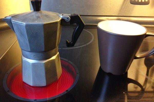 Bulletproof Coffee zum Frühstück? Mit Kokosöl, Ghee und ein wenig Zimt. Das macht satt, hilft beim Abnehmen und gibt Energie für den Tag.