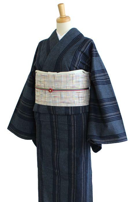 """《今日の着物コーディネート》静岡県浜松で織られた「遠州木綿」の着物に、京都のカジュアル着物ブランド「ひでや工房」の名古屋帯を合わせた、""""粋""""なコーディネートです。これぞ大人のカジュアル着物スタイル。トリコロールの帯締めでモダンさをプラス。"""