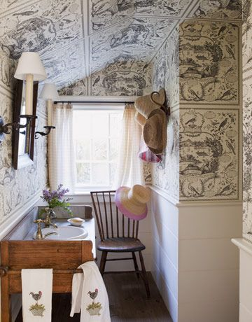 Little nook bath - love the wainscotting & bold wallpaper on these walls. : Toms, House Beautiful, Decor Ideas, Small Bathroom, Small Spaces, Tiny Bathroom, Attic Bathroom, Powder Rooms, Bathroom Wallpapers