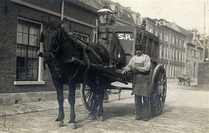 1911. De Hovenstraat. De Asboer haalt as op. Ieder had een turf- of cokes gestookte kachel