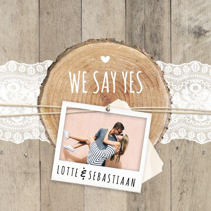 Trendy vintage huwelijksuitnodiging met stoer hout, sierlijk kant en polaroid foto.
