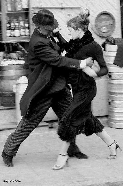 santango:   Tango Arrabal   El arrabal es el reflejo de nuestro tedio.Mis pasos claudicaroncuando iban a pisar el horizontey quedé entre las casas,cuadriculadas en manzanasdiferentes e igualescomo si fueran todas ellasmonótonos recuerdos repetidosde una sola manzana.El pastito precario,desesperadamente esperanzado,salpicaba las piedras de la calley divisé en la honduralos naipes de colores del ponientey sentí Buenos Aires.Esta ciudad que yo creí mi pasadoes mi porvenir, mi presente;los años…