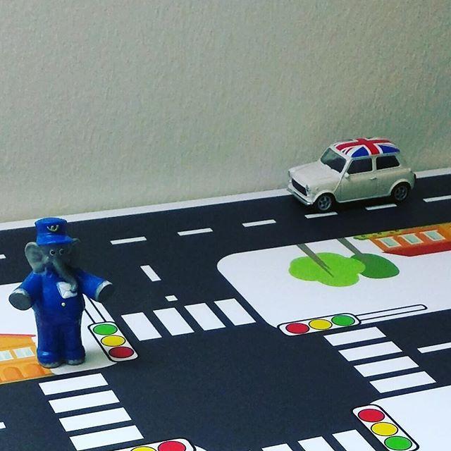 Benjamin Blümchen hat es im Griff! Selbst der Mini aus England fährt korrekt auf der rechten Seite ! Danke liebe Anne für dieses Bild!  #benjaminblümchen #ikeahack #miniliebe #strassenteppich