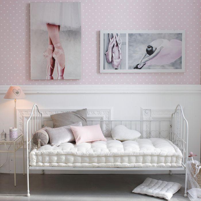 Chambre toute douce pour petite danseuse. On peut trouver les affiches chez Maisons du Monde.