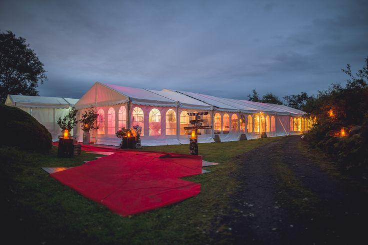 Bryllup i telt med nydelig lyssetting hele kvelden.