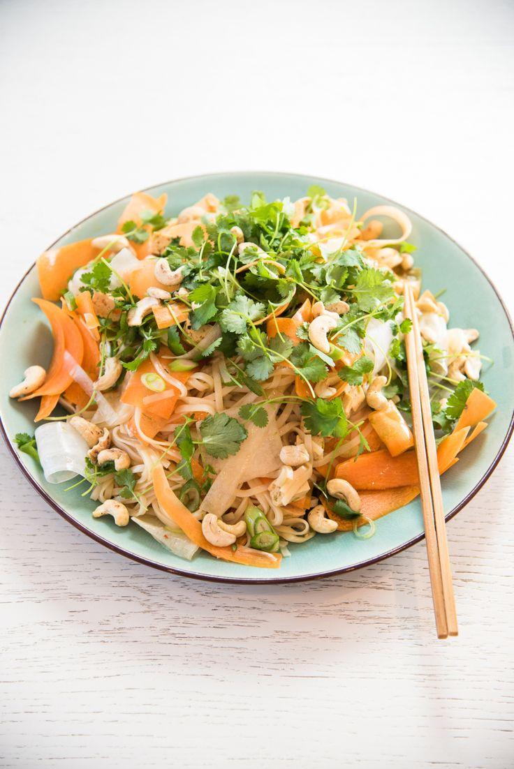 En schysst fräsch asiatisk vegorätt med lime och soja som vi alla gillade. 4 port risnudlar 250 g tofu 1/2 dl soja 1/4 dl sweetchilisås 2 st lime 1 bit rättika 2 st morot 3 st vårlökar Färsk korian…