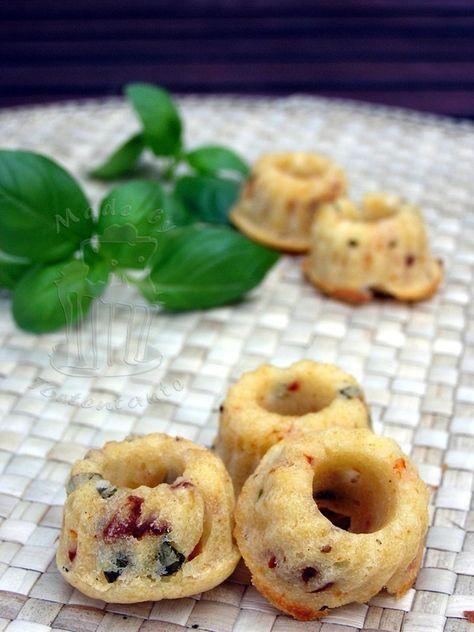 Tortentante - Der grosse Tortenblog mit Anleitungen, Rezepten und Tipps für Motivtorten: Herzhafter Snack: Mini Gugls mit Schafskäse, Tomaten und Basilikum