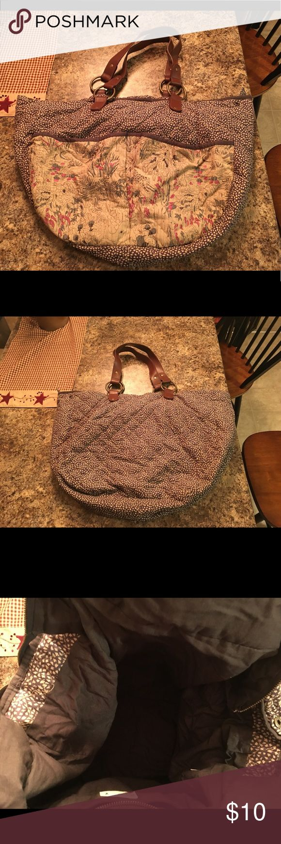 """Large American Eagle tote bag Large, quilted AE tote bag. Zip closure. Two large outer pockets, one zipped inner pocket. Great overnight bag. Excellent condition. Smoke free home. Apx 22""""x18"""" American Eagle Outfitters Bags Totes"""