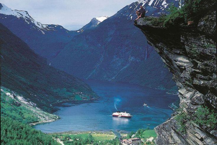 NORGE: Verdens smukkeste sørejse. Således kalder Hurtigruten rejsen langs Norges skærgård fra Bergen i syd til Kirkenes via Nordkap i nord. Vittige nordmænd kalder samtidig Norge for verdens største land - ja siger de, det står bare på højkant. #Norge #ferie #rejser