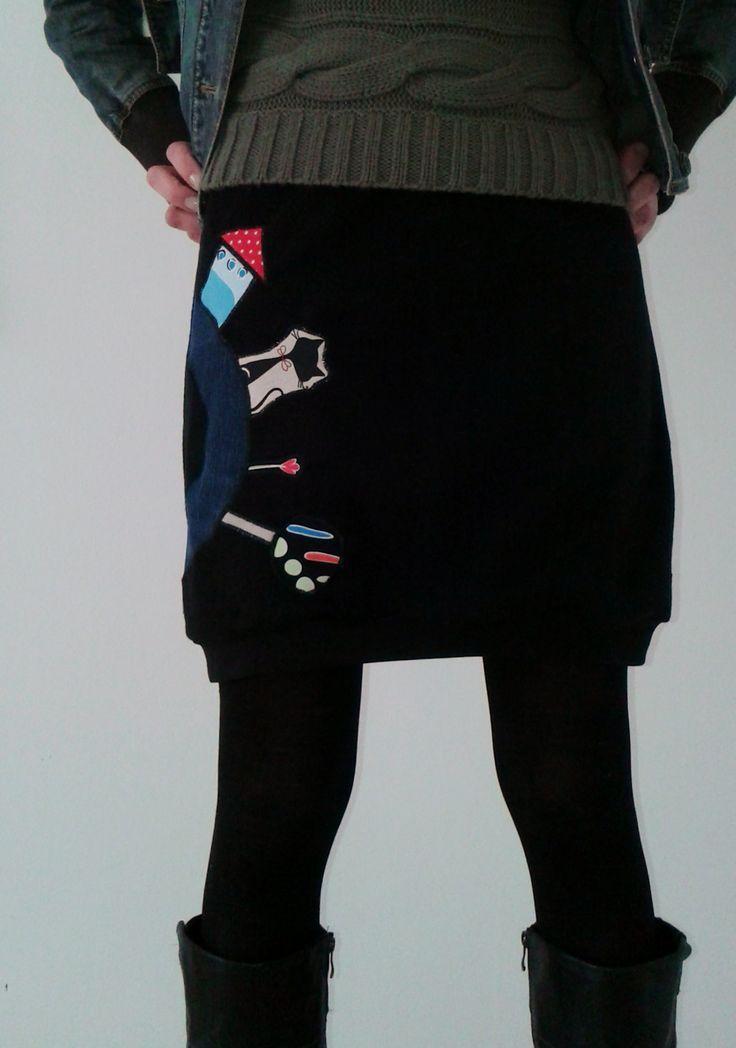 Flísová sukně CESTA Z MĚSTA Originální sukně z hřejivého flísu černá aplikace z pevné bavlny v pase a spodním okraji černé pružné náplety bavlna + elastan Rozměry: pas v klidu cca 2x39cm, pohodlně lze natáhnout na cca 2x46cm boky do cca 2x52cm celková délka i s náplety 48cm