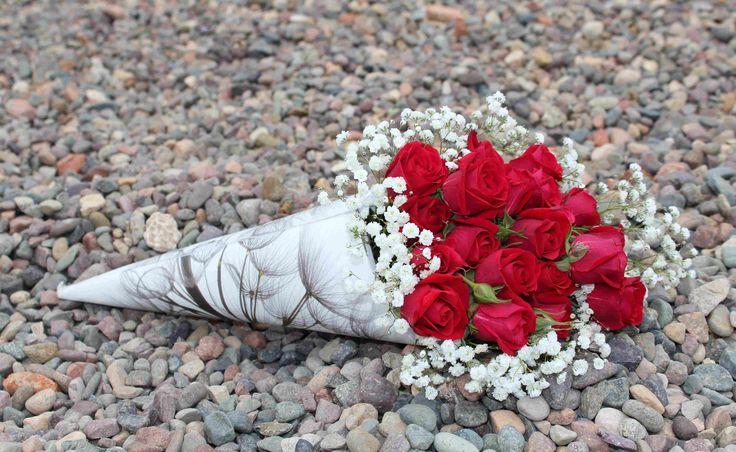 Cono-bouquet de minirosas rojas.