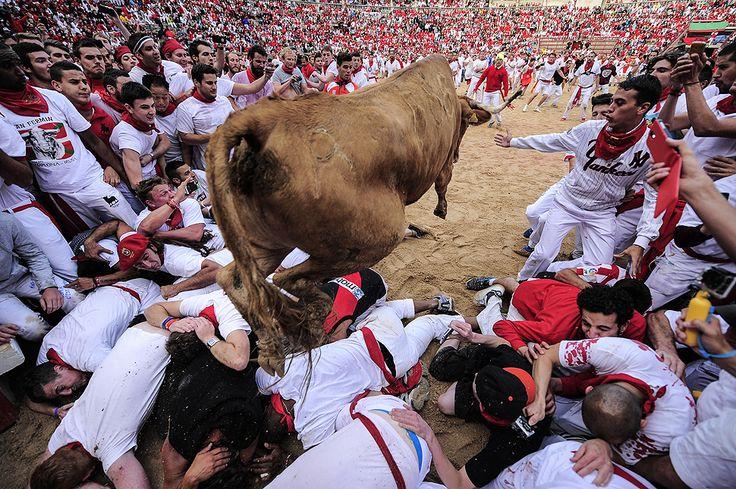2014 -Pamplona, Ισπανία: όταν ο ταύρος είναι πιο συμπαθητικός από τους ανθρώπους που θέλουν να τηρούν τα έθιμα τους.