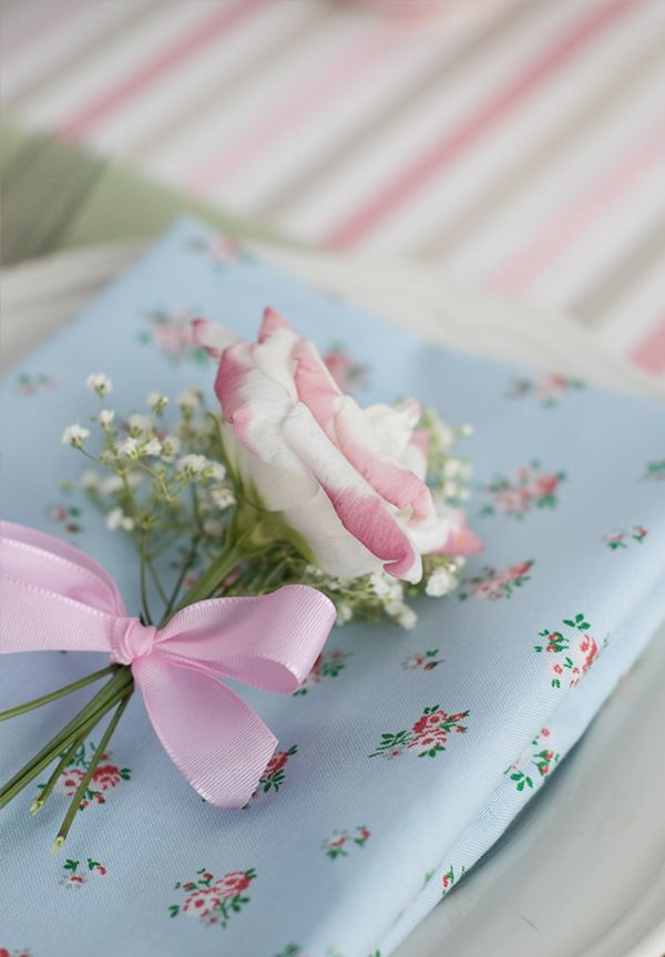 spring table decoration: Tables Sets, Soft Colors, Shabby Chic, Gifts Wraps, Fresh Flowers, Pink Rose, English Rose, Tables Decor, Dining Tables