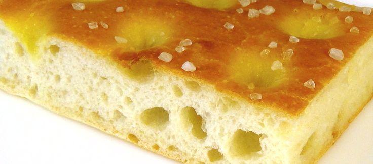 Фокачча - это пшеничная лепешка, традиционное блюдо итальянской кухни.