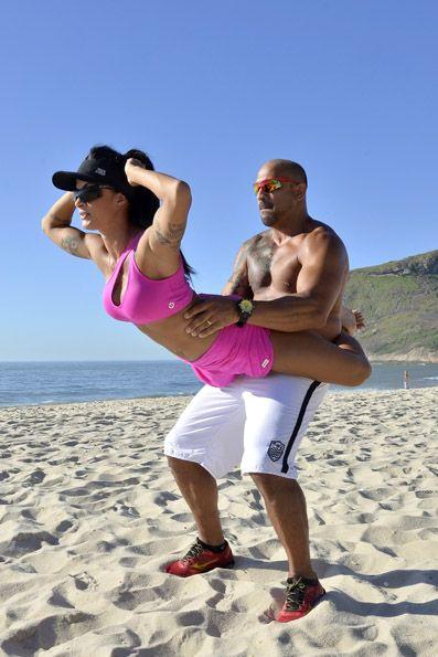 Aline Riscado - http://ego.globo.com/carnaval/fotos/2014/02/aline-riscado-mostra-treino-ao-lado-do-marido-para-arrasar-frente-da-bateria-da-caprichosos-de-pilares.html#F254982