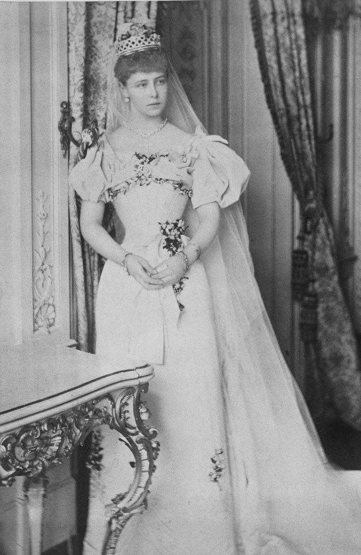 """Princess Marie of Edinburgh, futura Queen Maria of Romania no dia do seu casamento em 10 de janeiro de 1893. Ela era conhecida por """"Missy""""."""