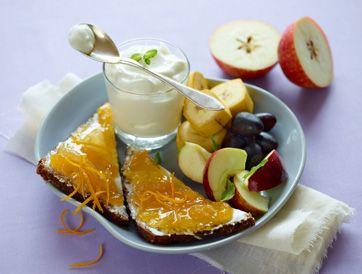 Rugbrød og græsk yoghurt med frugt En god start på dagen fra Familie Journals Slankeklub